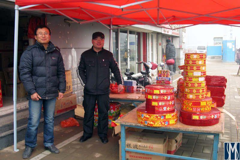 Петарды и хлопушки прдаются в Китае на каждом шагу